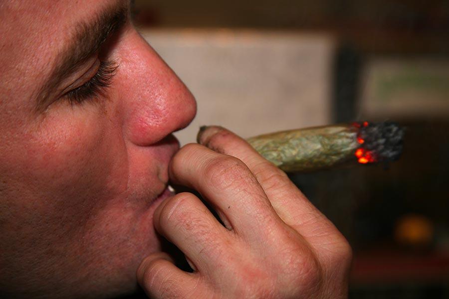 cannabis e occhi rossi