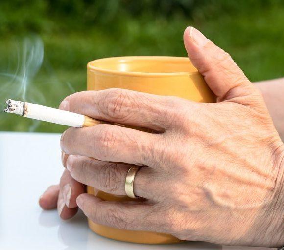 Come eliminare l'odore di sigaretta da alito e mani