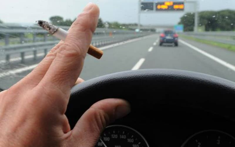 fumo sigarette tabacco in auto
